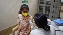 Opiniones divididas entre padres de familia frente a vacunar a sus hijos contra el coronavirus
