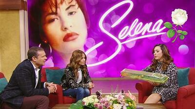 Neida Sandoval aún guarda una flor blanca que repartieron en el funeral de Selena