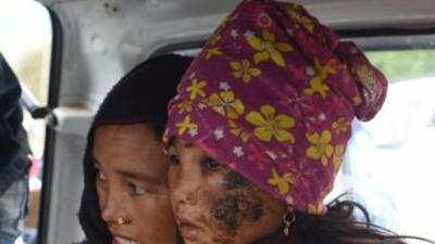 Rescatan heridos en aldeas próximas al epicentro mientras miles huyen de Nepal