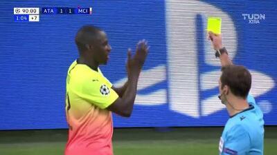 Tarjeta amarilla. El árbitro amonesta a Benjamin Mendy de Manchester City