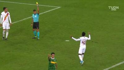 Tarjeta amarilla. El árbitro amonesta a Amadou Diawara de Roma