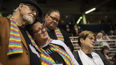 Los líderes de la Iglesia Metodista Unida votan por seguir rechazando el matrimonio gay