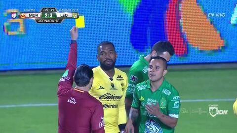 Tarjeta amarilla. El árbitro amonesta a Gabriel Achilier de Monarcas Morelia