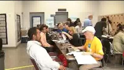 Voluntarios trabajan contra reloj a unas horas de que concluya la fecha para la declaración de impuestos del IRS