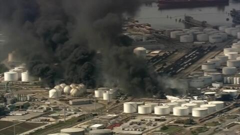 Imágenes aéreas de la reactivación del incendio en planta petroquímica de Houston