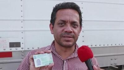 Migrantes de las caravanas de centroamericanos comienzan a recibir tarjetas de visitantes en México