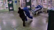 Guardia del departamento del Alguacil atacada sin aparente motivo por uno de los reclusos