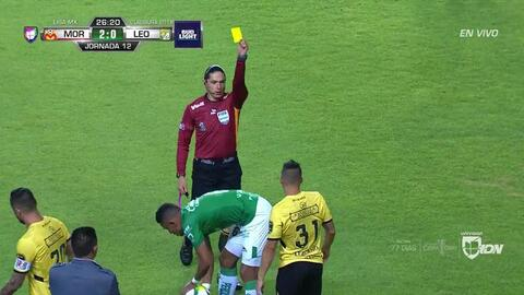 Tarjeta amarilla. El árbitro amonesta a Gastón Lezcano de Monarcas Morelia