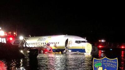 Un avión 'resbala' en la pista y termina en un río en Jacksonville, Florida, con más de 100 personas a bordo