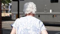 """""""Lo mejor que ha podido pasar"""": emoción entre adultos mayores por reapertura de centros para ancianos en Nueva York"""