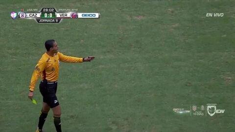 Tarjeta amarilla. El árbitro amonesta a Rafael Baca de Cruz Azul