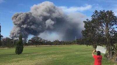 Este campo de golf en Hawaii tiene como telón de fondo una impresionante nube de cenizas del volcán Kilauea