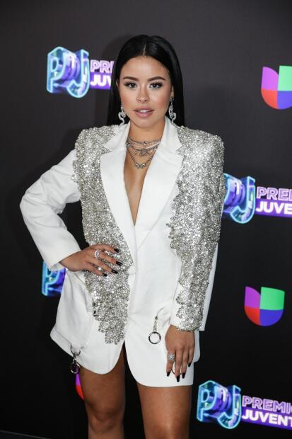La actriz y cantante  <b>Cierra Ramírez</b> también eligió uno de los estilos más en boga del momento: solo una chaqueta masculina de Lou Lou.