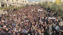 Multitudinarias protestas contra EEUU en Irán tras la muerte de líder militar en un bombardeo