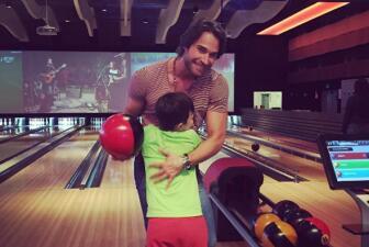 Sebastián Rulli y Angelique Boyer se divirtieron jugando boliche con el pequeño Santiago