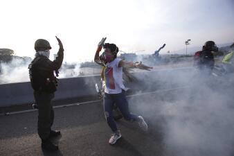Represión, caos y heridos: las imágenes de las calles en Venezuela tras el llamado de Guaidó
