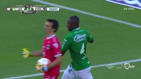 Jonathan González despeja el balón y aleja el peligro