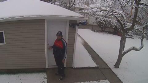 En video: Sospechoso entra al garaje de una vivienda para robar artículos de valor