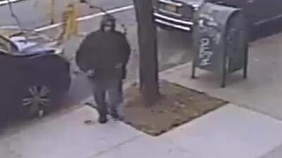 'Nueva York en un Minuto': un hombre de 85 años de edad fue sorprendido por un delincuente que lo asaltó y golpeó