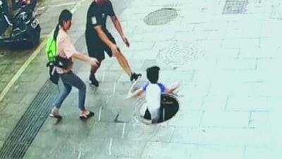 En video: un niño de tres años pisa la tapa de una alcantarilla y cae en ella ante la desesperación de los padres