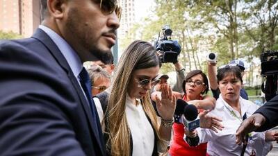 Rodeada de guardias, acompañada de su amiga y en absoluto silencio: Emma Coronel tras el veredicto de 'El Chapo'