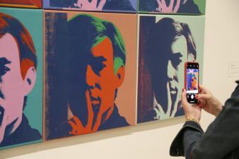 Un presagio a las 'selfies' y las redes sociales: la obra de Andy Warhol llega a museos de California