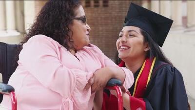 El mejor regalo del Día de las Madres: supera una tragedia inesperada y consigue graduarse de la universidad en EEUU