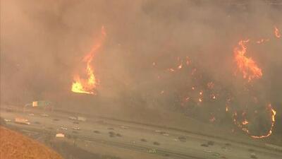 Crece el incendio forestal entre los condados de Orange y Riverside, California