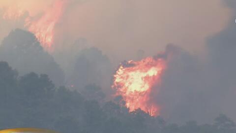 Bomberos combaten por tierra y aire un incendio forestal en las montañas de San Bernardino