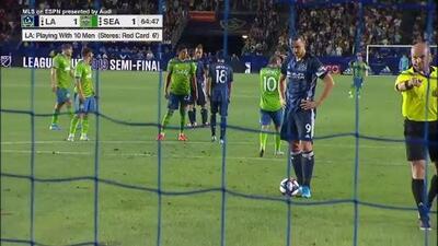 Desde el punto penal, Zlatan fusila la red de Seattle y coloca arriba a su L.A. Galaxy