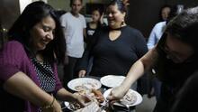 En sábado y lejos de sus familias: así celebraron Acción de Gracias los deportados en México