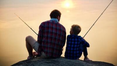Por qué los papás son menos cariñosos con sus hijos varones