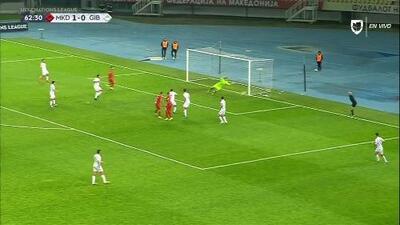 ¡CERCA!. Ilija Nestorovski disparó que se estrella en el poste.