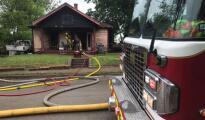 Oficiales encuentran a un hombre muerto dentro de una casa luego de un incendio