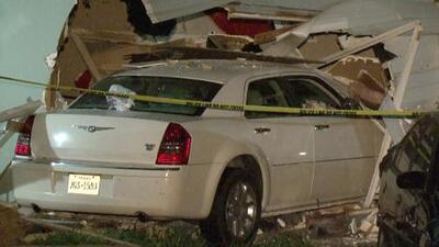 """""""Corrimos al escuchar los chirridos de las llantas"""": madre relata el momento en el que un auto se metió a su casa"""
