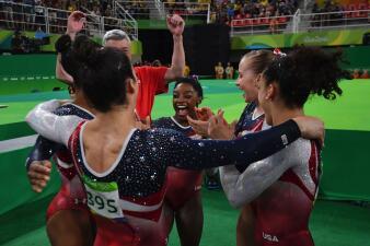 En fotos: así celebró el equipo femenino de EEUU la medalla de oro en gimnasia