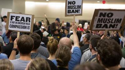 Protestan en Texas a favor y en contra del veto migratorio ordenado por Trump