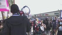 """""""Queremos unidad"""": manifestantes en Los Ángeles piden más protección contra crímenes de odio racial"""