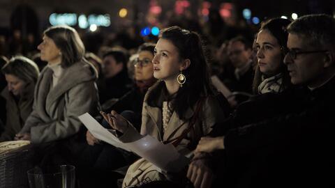 Miles de personas se unen en una vigilia en París tras el incendio en la catedral de Notre Dame