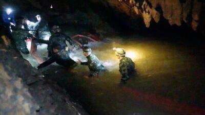 Buzo de rescate muere durante operación para recuperar a los niños en la cueva de Tailandia