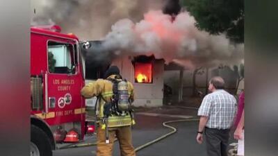 'Los Ángeles en un Minuto': Hallan el cadáver de una mujer al interior de una casa móvil que ardía en llamas