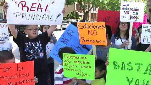 Padres de alumnos de la primaria chárter Octavio Paz en La Villita no los envían a estudiar y protestan afuera del plantel