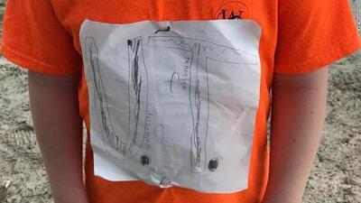 Le hicieron bullying en su colegio por diseñar una camisa a mano y una universidad ofreció becarlo