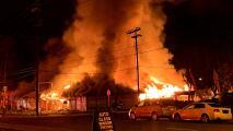 Incendio consume edificio en San José sin que se reporten heridos