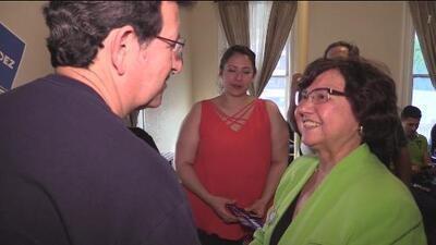 Precandidata demócrata para la gubernatura de Texas busca convencer a los votantes en San Antonio