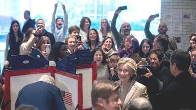 Hillary Clinton y Donald Trump votan, entre aplausos y abucheos