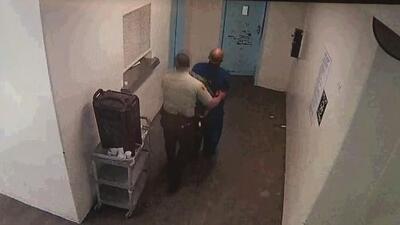 Revelan video en el que se ve el maltrato que sufría el hombre que murió en cárcel de Los Ángeles
