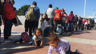 El último grupo de la caravana migrante entra a Estados Unidos