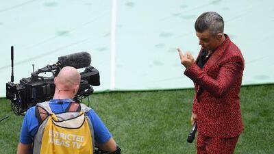 Robbie Williams explica la razón de su seña obscena en la apertura de la Copa del Mundo