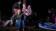 Con 93 años y en sillas de ruedas: una anciana cruza la frontera con su nieta hacia EEUU